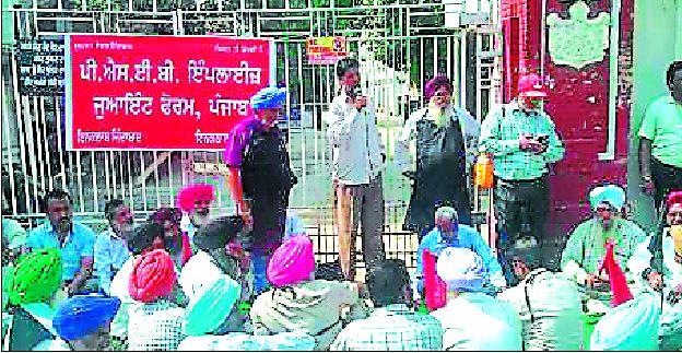 Show Protest, Against, power Workers, Head Office, Power Corporation