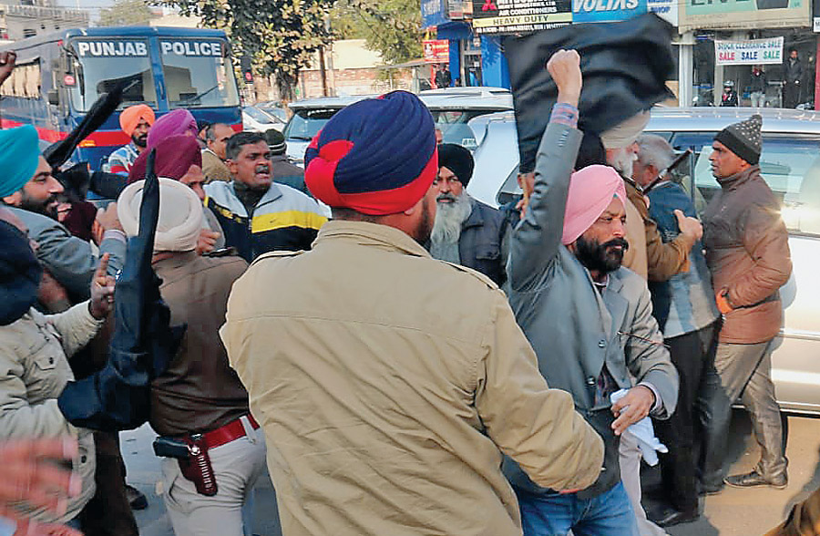 Police dragged the employees showing the black flag to the Finance Minister