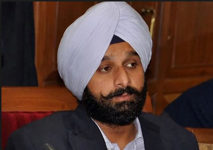 Bikram Majithia launches Captain's smart phone shop
