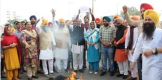 Akali workers protest of Health Minister Sidhu